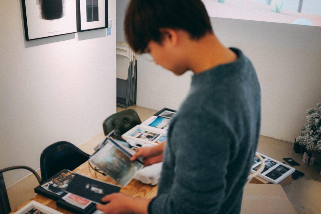 전시할 작품 배치를 고민 중인 포토그래퍼 김경필